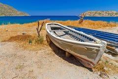 在克利特海岸的老小船  免版税库存照片