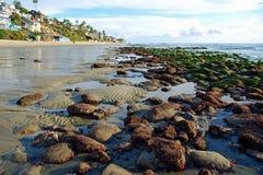 在克力街和塔利亚街道,拉古纳海滩,加利福尼亚的低潮。 免版税图库摄影