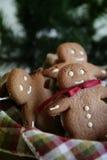 在克劳斯姜圣诞老人等待上添面包 免版税图库摄影