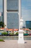 在克拉克奎伊的斯坦福・莱佛士先生雕象在新加坡 免版税库存图片
