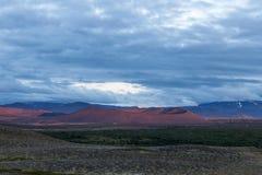 在克拉夫拉火山附近的惊人的红色火山火山口打开了  图库摄影