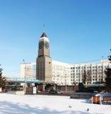 在克拉斯诺亚尔斯克克拉斯诺亚尔斯克市管理附近的大本钟 库存照片