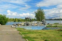 在克拉斯诺亚尔斯克,俄罗斯电烙在叶尼塞河的堤防的雕塑白马 免版税库存照片