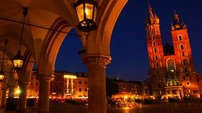 在克拉科夫集市广场的晚上  Timelapse 股票录像