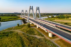 在克拉科夫,波尔布特加倍在维斯瓦河的缆绳被停留的桥梁 免版税图库摄影