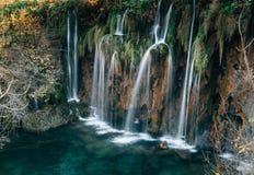 在克罗地亚人普利特维采湖群国家公园的惊人的瀑布 免版税库存图片