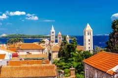 在克罗地亚海岛上的镇Rab从上面 免版税库存照片