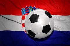 在克罗地亚的国旗的黑白橄榄球球 库存照片