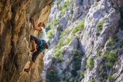 在克罗地亚的岩石的登山人火车 免版税图库摄影