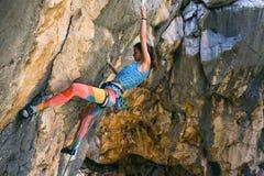 在克罗地亚的岩石的登山人火车 免版税库存照片