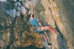 在克罗地亚的岩石的登山人火车 免版税库存图片