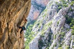 在克罗地亚的岩石的登山人火车 图库摄影
