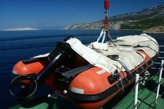 在克罗地亚轮渡的红色救助艇 免版税库存照片