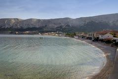 在克罗地亚铺沙海滩在海岛Krk上的巴斯卡 免版税库存照片