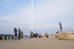 在克莱佩达,立陶宛的堤防的雕刻的小组 库存图片