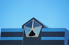 在克莱斯勒世界总部上面的商标,奥本Hills,密执安, 2017年10月26日 库存照片