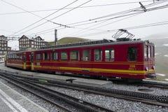 在克莱茵沙伊德格驻地Bernese Oberl的少女峰铁路火车 库存图片