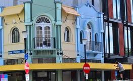 在克赖斯特切奇供以人员油漆在新的摄政的街道的损坏的大厦 库存照片