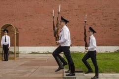 在克里姆林宫墙壁的俄国战士仪仗队。无名英雄墓在亚历山大公园在莫斯科。 库存照片
