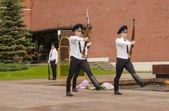 在克里姆林宫墙壁的俄国战士仪仗队。无名英雄墓在亚历山大公园在莫斯科。 免版税库存照片