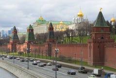 在克里姆林宫墙壁的4月天 莫斯科 免版税库存图片