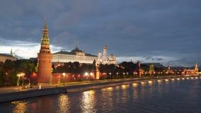 在克里姆林宫墙壁附近的堤防在莫斯科在晚上 影视素材