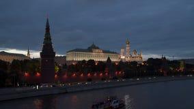 在克里姆林宫墙壁附近的莫斯科河 股票视频
