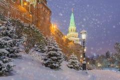 在克里姆林宫的墙壁的雪 库存照片