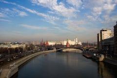 在克里姆林宫的莫斯科的观点的烟雾 免版税库存图片