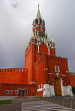 在克里姆林宫的Clocktower反对分类的红色Suare的 免版税库存图片