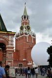在克里姆林宫计时在红场的莫斯科与一个白色球 库存照片