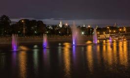 在克里姆林宫附近的喷泉在莫斯科河在晚上 免版税库存图片