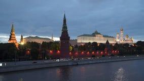 在克里姆林宫附近的堤防在莫斯科在晚上 股票视频