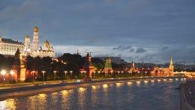 在克里姆林宫附近的莫斯科河在晚上 莫斯科 股票视频
