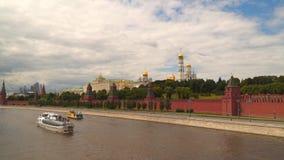 在克里姆林宫附近的莫斯科河 股票录像