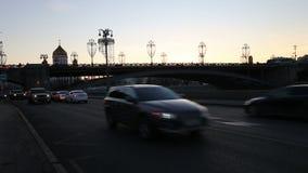在克里姆林宫附近的莫斯科莫斯科河堤防在晚上--莫斯科,俄罗斯普及的见解  影视素材