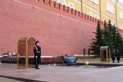 在克里姆林宫,莫斯科附近的卫兵 免版税库存照片