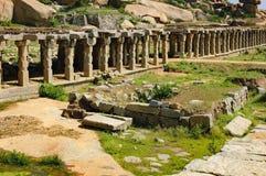 在克里希纳义卖市场的古老废墟在亨比,印度 库存图片