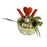 在克里斯特尔碗的鲕梨奶油有辣椒粉的心脏的 免版税库存图片