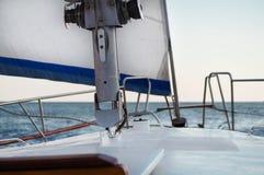 在克里米亚乘快艇在黑海的航行,假期,晴朗天气,在游艇的风帆,在游艇的假期,游艇 免版税库存图片