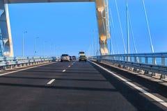 在克里米亚半岛桥梁的交通 免版税库存图片