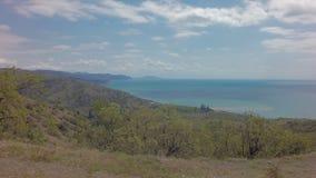 在克里米亚南部的Autotravel夏天 在黑海附近的美好的山风景 股票录像