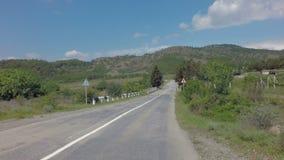 在克里米亚南部的Autotravel夏天 美丽的蜒蜒山路 股票视频