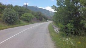 在克里米亚南部的Autotravel夏天 美丽的蜒蜒山路 股票录像