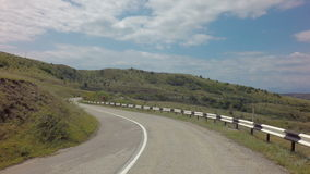 在克里米亚南部的Autotravel夏天 美丽的蜒蜒山路 影视素材
