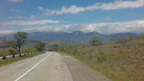 在克里米亚南部的Autotravel夏天 美好的蜒蜒山路股票英尺长度录影 股票录像
