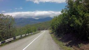 在克里米亚南部的Autotravel夏天 美好的蜒蜒山路股票英尺长度录影 影视素材