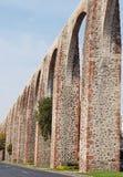 在克雷塔罗,墨西哥主要大道的古老渡槽  库存照片