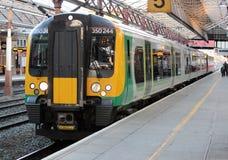 在克鲁驻地,英国的伦敦内陆的火车 免版税库存图片
