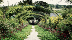 在克洛德・莫奈的庭院的花卉曲拱,吉韦尔尼,法国 库存照片